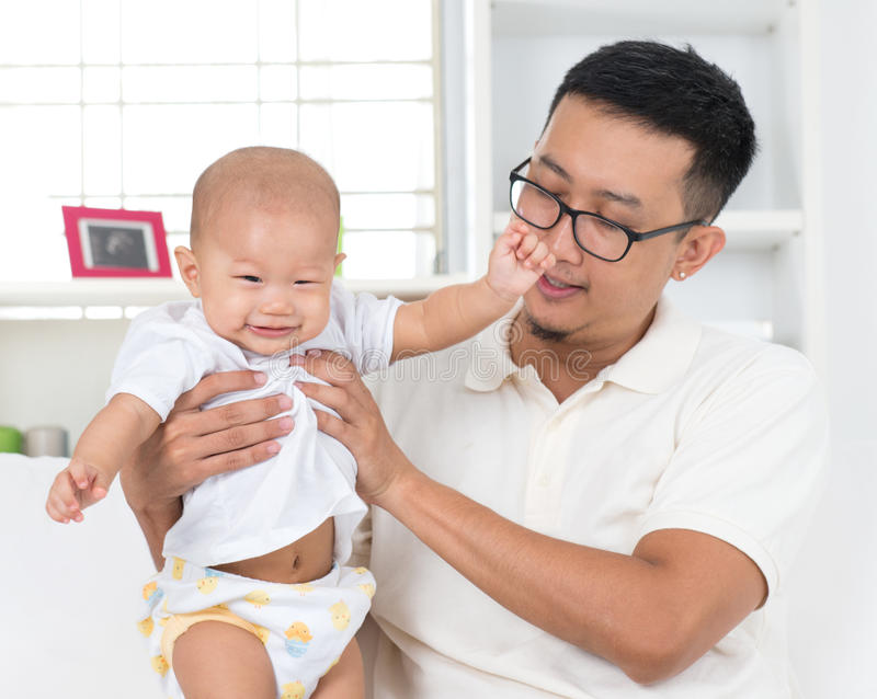 Fadern som spelar med hans, behandla som ett barn pojken arkivbilder