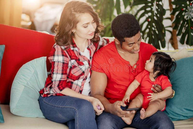 Fadern som talar med dotterstundfamiljen som har, vilar lite på soffan arkivbild