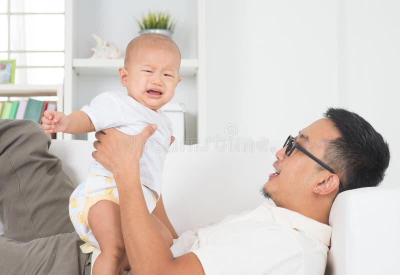 Fadern som tröstar att gråta, behandla som ett barn fotografering för bildbyråer