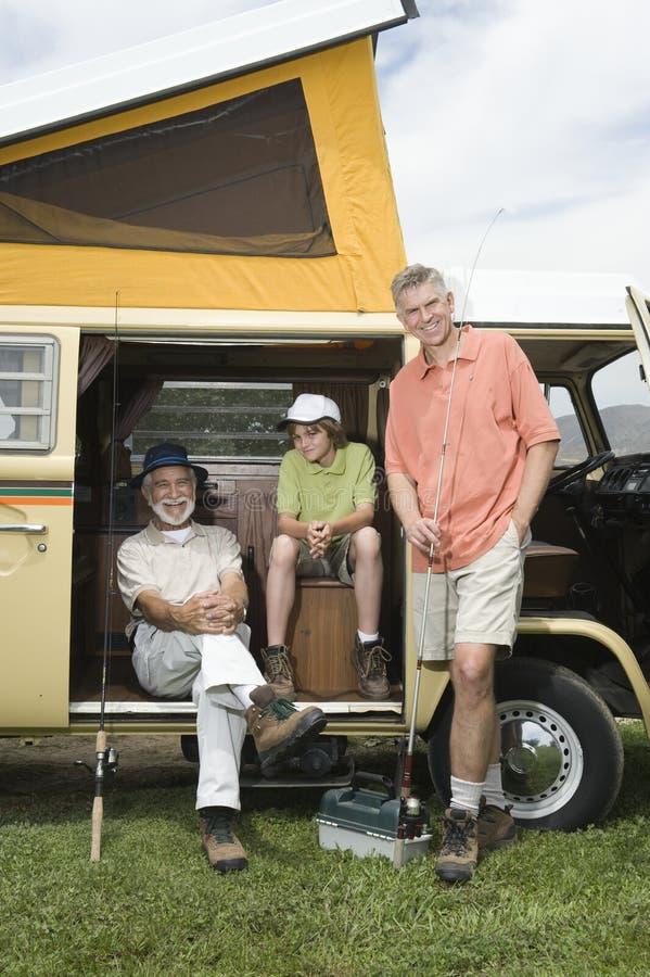 Fadern, sonen och sonsonen i Campervan förbereder sig att gå att fiska arkivbilder
