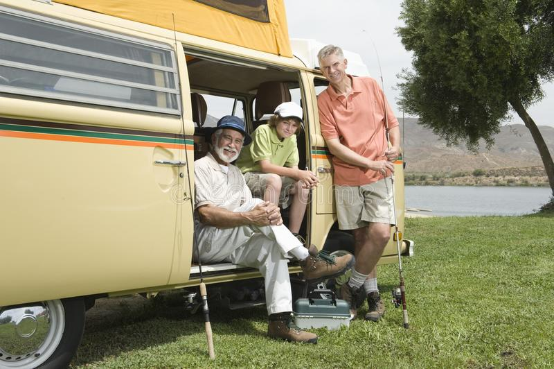 Fadern, sonen och sonsonen i Campervan förbereder sig att gå att fiska royaltyfri bild