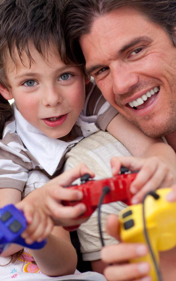 fadern spelar hans leka sonvideo royaltyfri foto