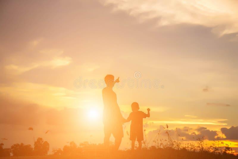 Fadern tog behandla som ett barn för att lära att gå royaltyfri bild