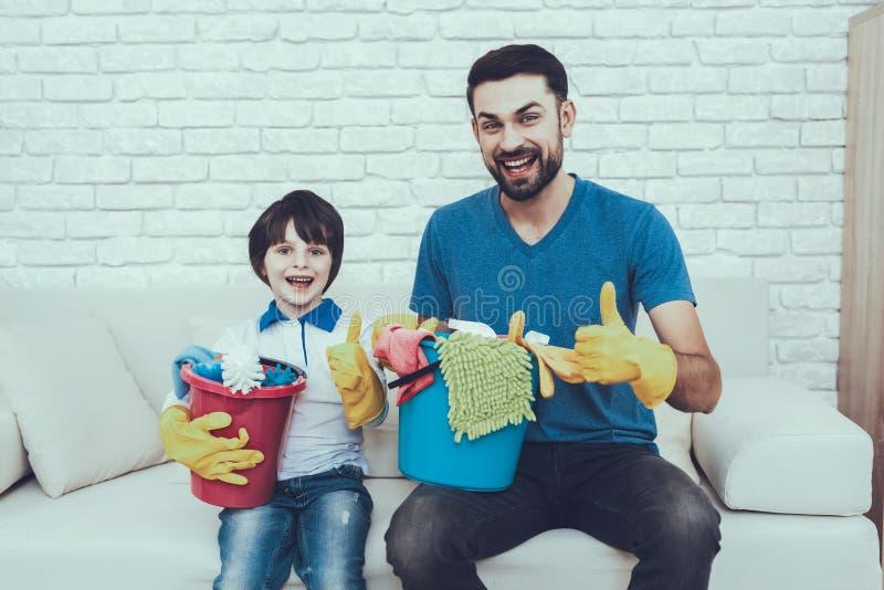 Fadern undervisar en son en lokalvård royaltyfri foto