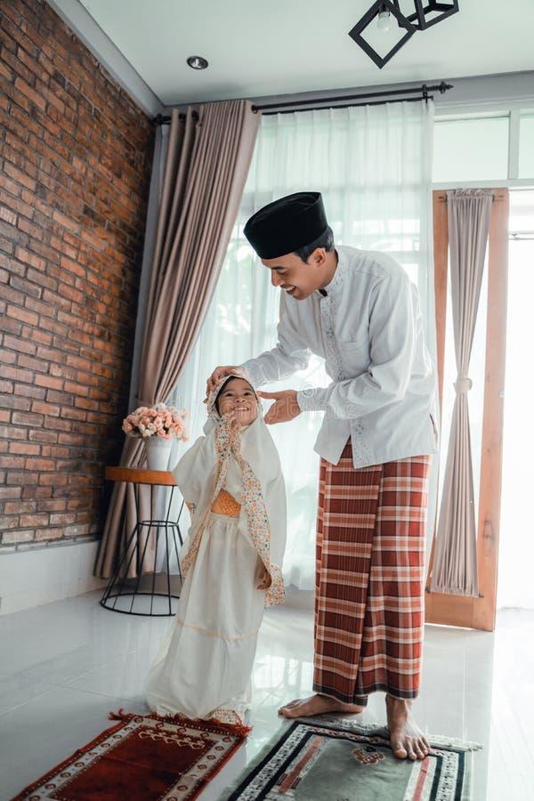 Fadern undervisar hennes litet barn att be royaltyfri bild