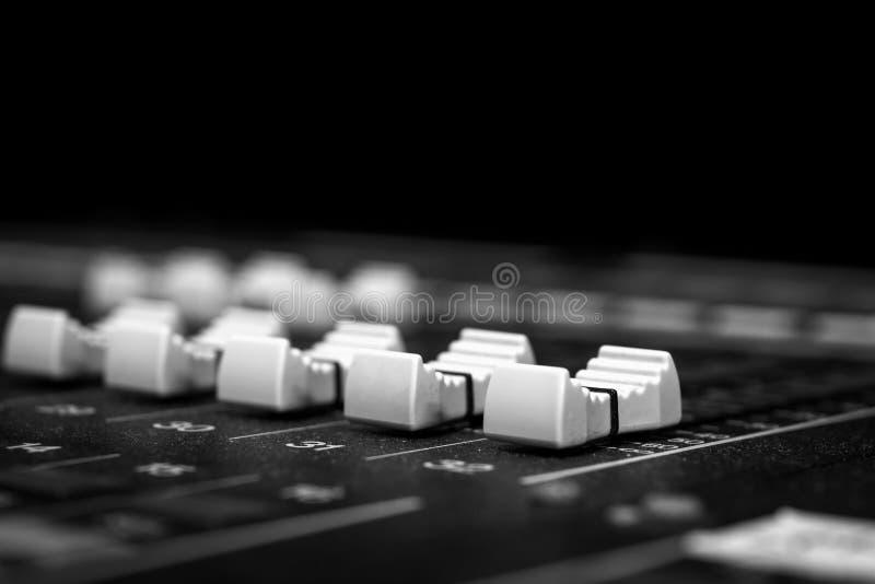 Faders de mistura audio de baixo nível de Digitas do console imagens de stock