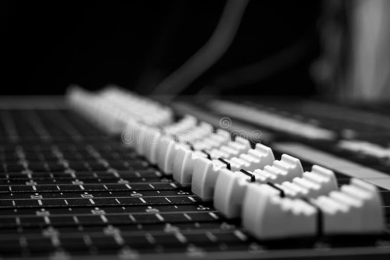 Faders de mistura audio digitais diagonais do console fotos de stock