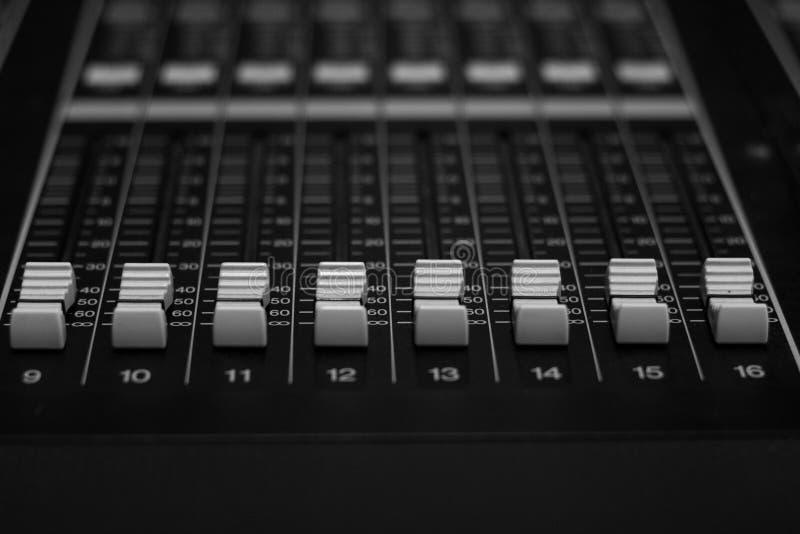 Faders de mistura audio horizontais do console de Digitas imagem de stock royalty free