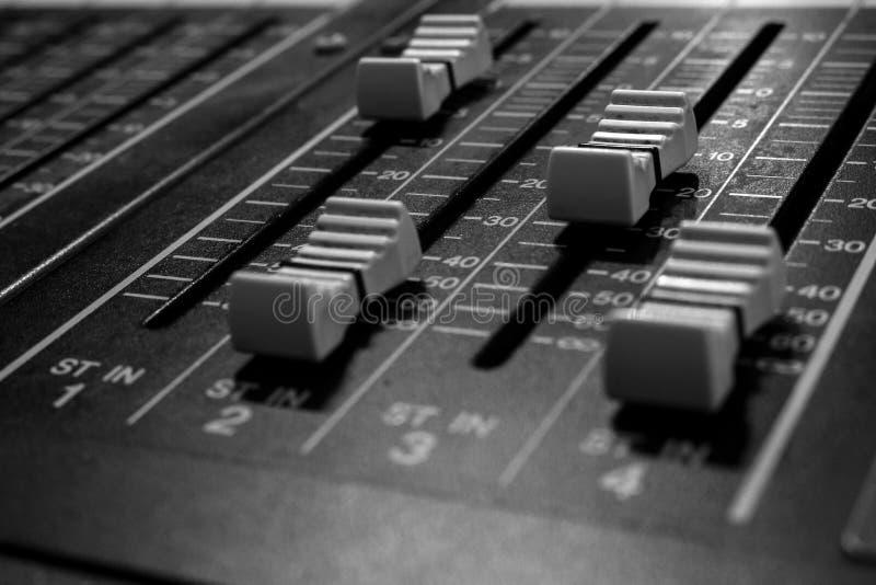 Faders de mistura audio profissionais estereofônicos do console imagem de stock
