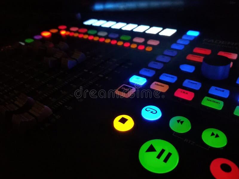 Faders e botões de um controlador do estúdio foto de stock