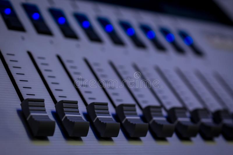 Faders programáveis profissionais do console dos desenhistas de iluminação de Digitas fotos de stock royalty free