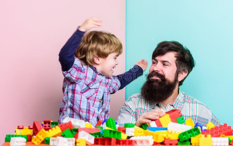 Fadersonlek Fadern och sonen skapar konstruktioner Sk?ggig man- och sonlek tillsammans Surefire vägar att förbinda med ditt royaltyfri fotografi