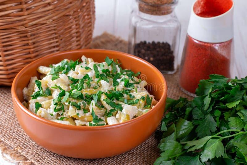 Fagioli con salsa cremosa su un piatto sulla tavola immagine stock libera da diritti