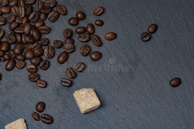 Fagioli del caffè Arabica e zucchero di canna immagini stock libere da diritti