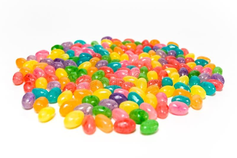 Fagioli di gelatina Yummy su bianco fotografia stock libera da diritti