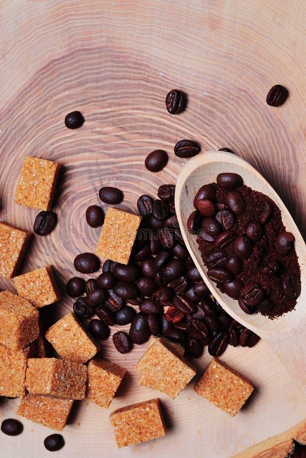 Fagioli di offee del ¡ di Ð e zucchero di canna marrone su un fondo legnoso fotografie stock