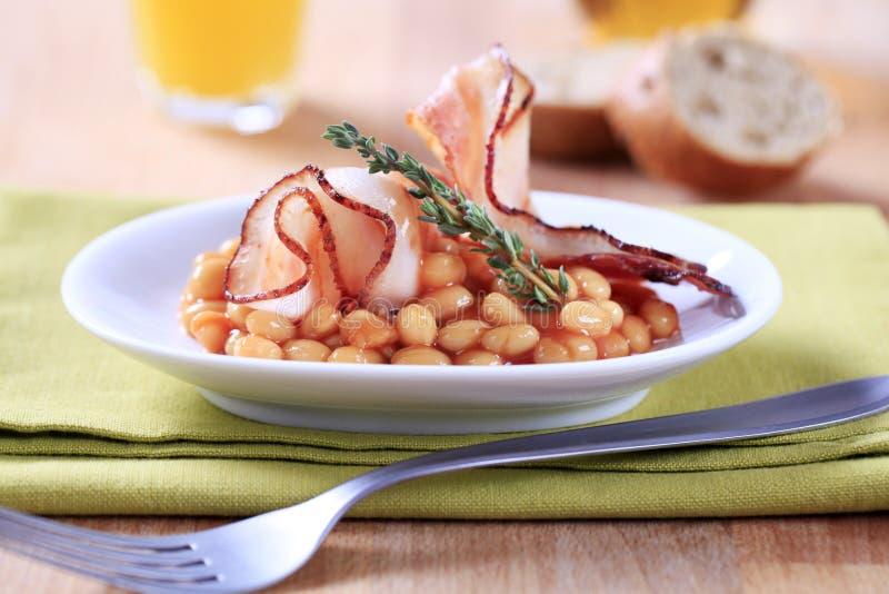 Fagioli e pancetta affumicata cotti fotografie stock libere da diritti