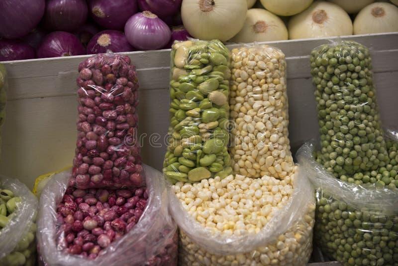 Fagioli, fava e cereale da vendere nell'Ecuador, Sudamerica immagine stock