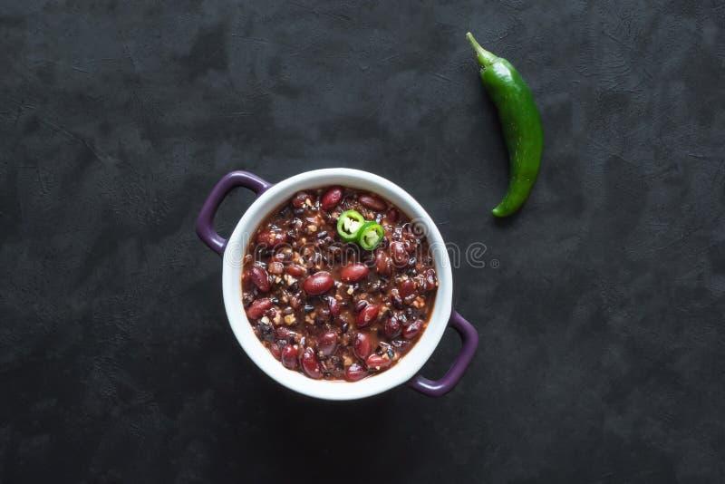Fagioli rossi con la quinoa ed il peperoncino rosso Cucina messicana fotografia stock libera da diritti