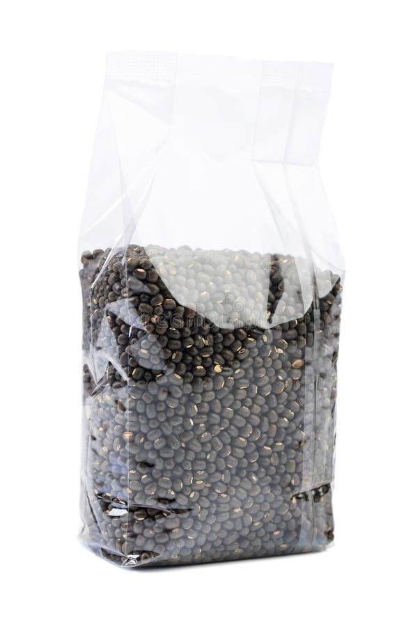 Fagioli verdi o lenticchie in un imballaggio trasparente isolato su bianco fotografie stock libere da diritti