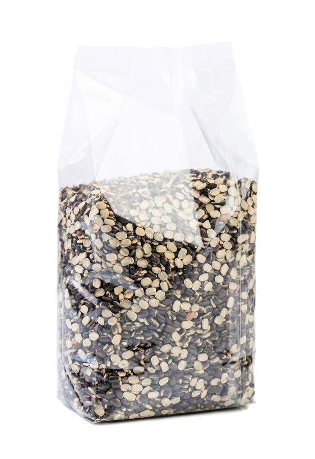 Fagioli verdi o lenticchie in un imballaggio trasparente isolato su bianco immagine stock libera da diritti