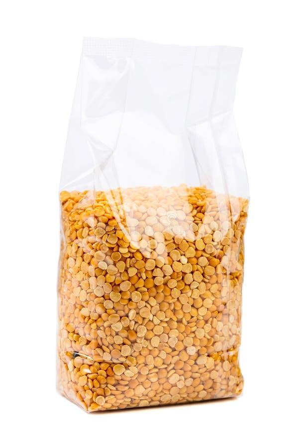 Fagioli verdi o lenticchie in un imballaggio trasparente isolato su bianco fotografia stock libera da diritti