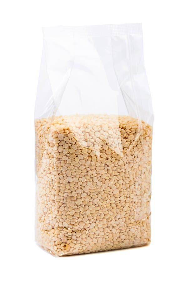 Fagioli verdi o lenticchie in un imballaggio trasparente isolato su bianco fotografia stock