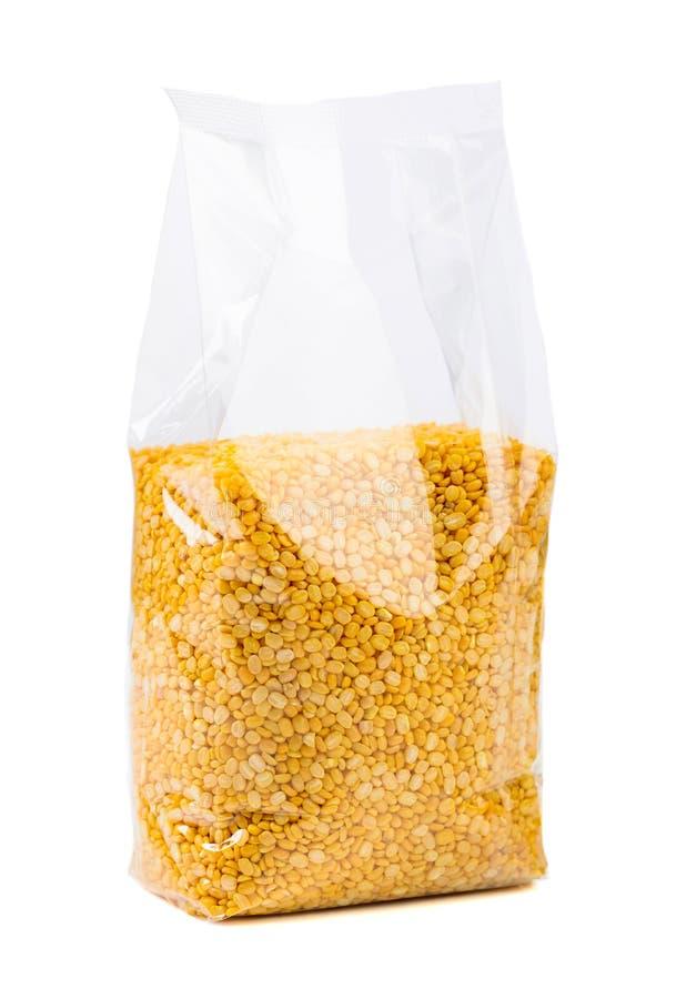 Fagioli verdi o lenticchie in un imballaggio trasparente isolato su bianco immagine stock