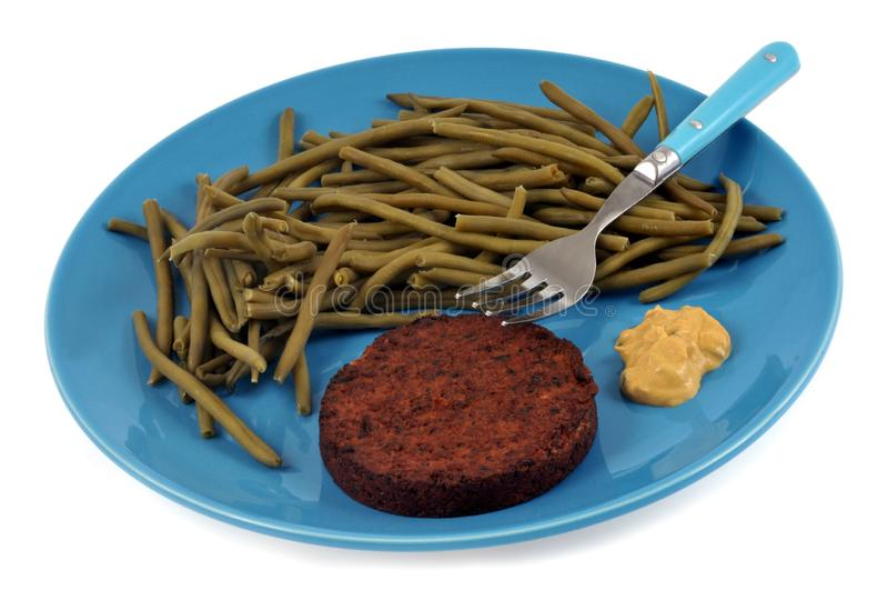 Fagiolini con la bistecca e la senape della soia in un piatto su fondo bianco immagini stock