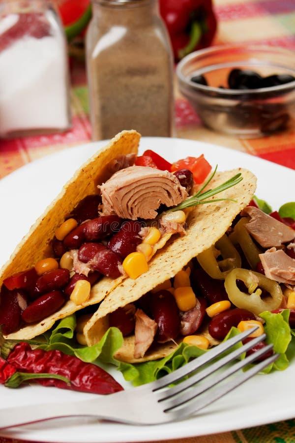 Fagiolo del peperoncino rosso ed insalata di sgombro nelle coperture del taco fotografie stock libere da diritti
