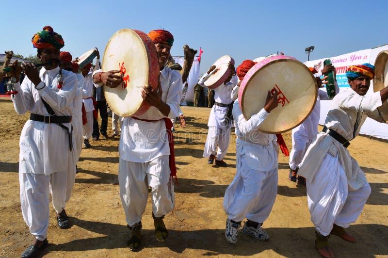 Fagotsav di canto del cantante folk su Chung in costume tradizionale nel fest del cammello immagine stock