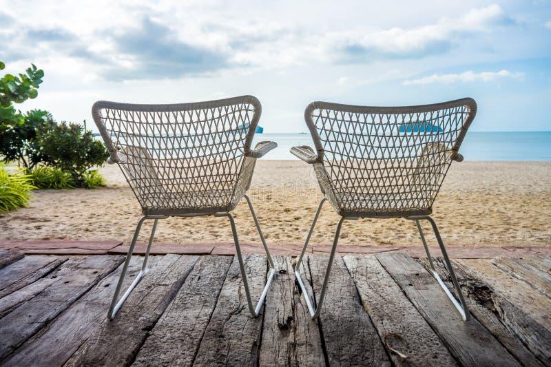 Fahler Strand Khlong mit Schattenbild von Doppelgeflochtenen stühlen stockfotografie