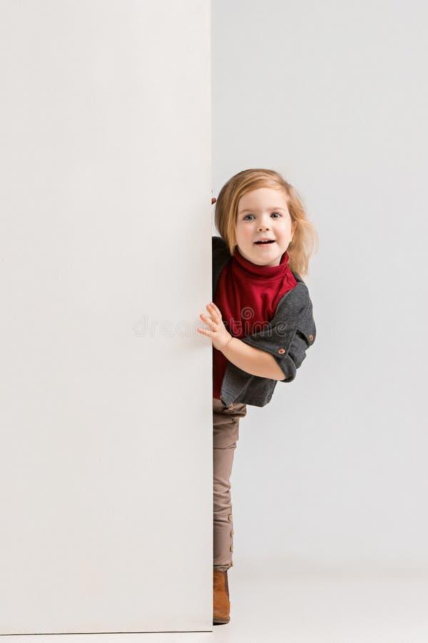 Fahne mit einem überraschten Kind, das am Rand späht lizenzfreie stockfotos