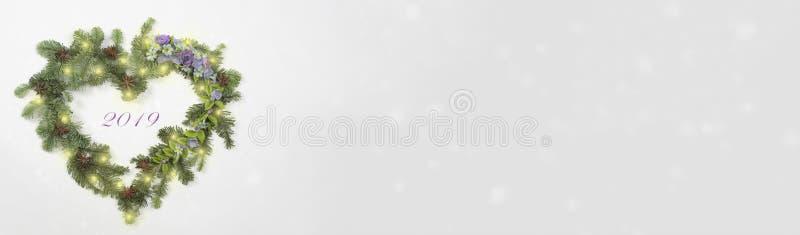 Fahne mit Kranzweihnachtsbaumasten, Blumen stockbild