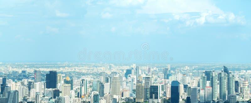 Fahne von Vogelperspektivestadtbild der modernen Stadt in Bangkok Stadtlandschaft des Mittelgeschäfts von Thailand im Panoramabli lizenzfreies stockbild