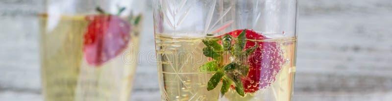Fahne von zwei Champagnergläsern und -erdbeeren stockbilder