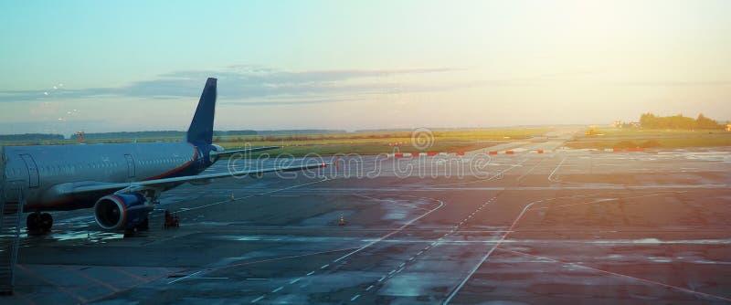 Fahne wor Website, Flugzeug, das vom Flughafen sich entfernt Fragment des Körpers der Flugzeuge Dienstreisekonzept-Weinleseart stockbild