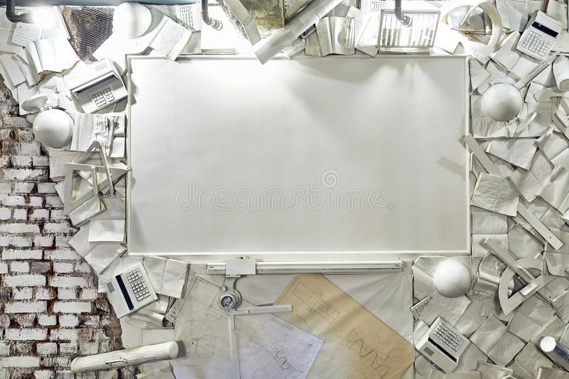Fahnen-Konzept zurück zu Schulwecker-Farbkreide-Bleistift-Apple-Notizbuch-Briefpapier auf grünem Tafel-Hintergrund Entwurfs-Kopie lizenzfreie stockfotos