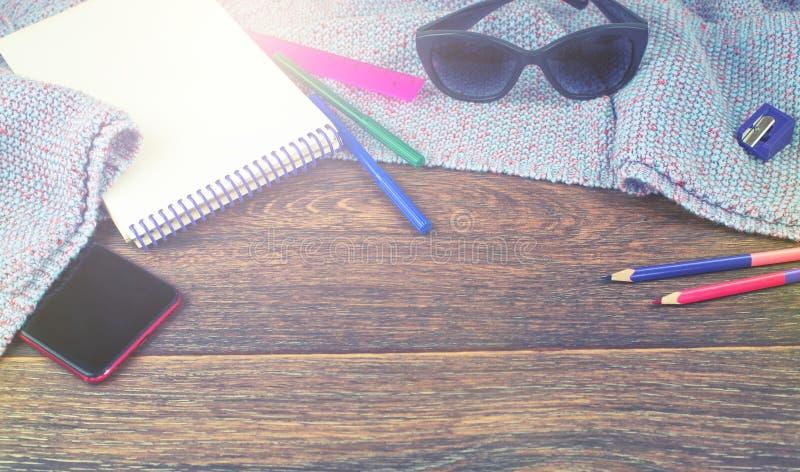 Fahnen-Satz der beweglichen Notizbuchskizze des Einzelteilbüros zeichnet Hintergrund-Draufsicht der Markierungsradiergummigläser  stockfotos