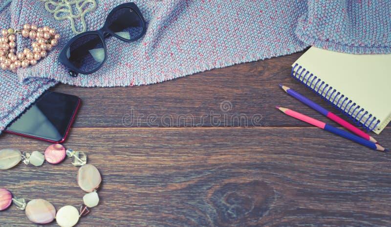 Fahnen-Satz Schmuck-Glasnotizbuches der Zusätze der Frauen des mobilen färbte Hintergrund-Draufsicht der Bleistifte hölzerne dunk stockfotografie