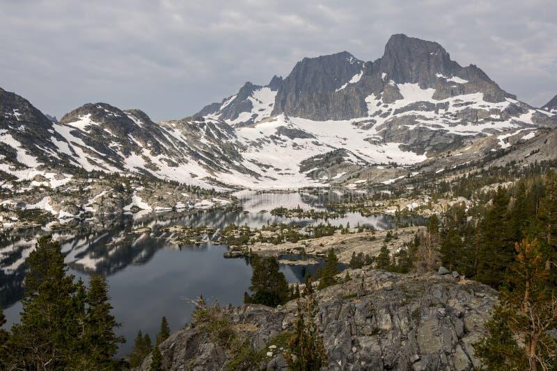 Fahnen-Spitze und Garnet Lake stockfoto