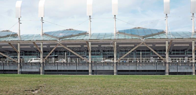 Fahrbahn-Abfahrtanschluß Cleveland Hopkins International Airports oberer in Cleveland, Ohio, USA stockfotos