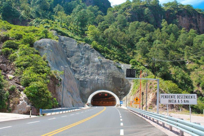 Fahrbahnmarkierung und Tunnel stockfoto