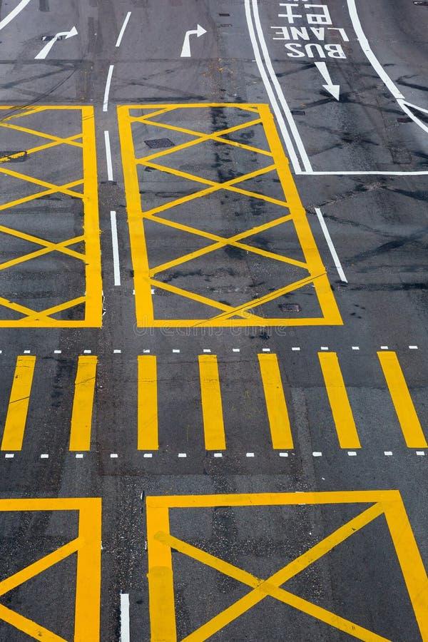 Fahrbahnmarkierungen auf einer Straße in Hong Kong lizenzfreies stockbild