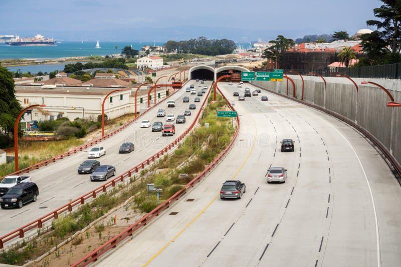 Fahren auf die Autobahn in Richtung zu im Stadtzentrum gelegenem San Francisco stockbilder