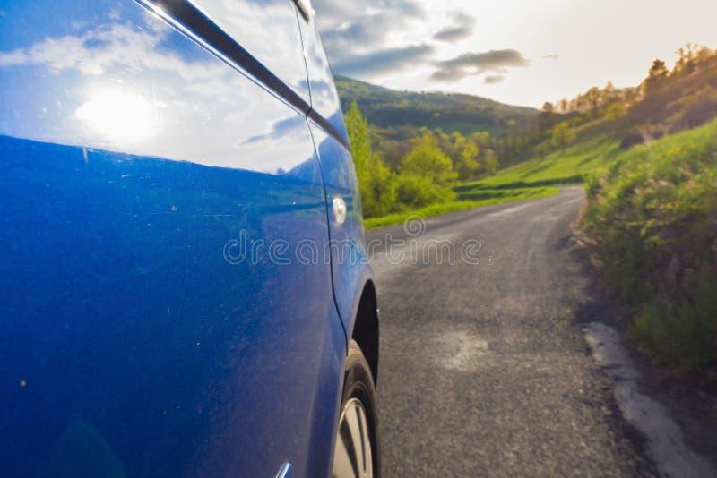 Fahren auf die Straße lizenzfreies stockbild