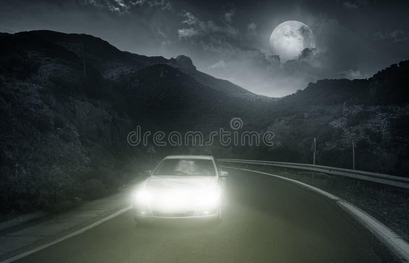 Fahren auf eine Asphaltstraße stockbilder