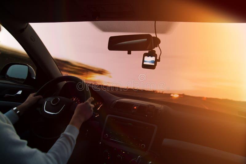 Fahren bei Sonnenuntergang mit Videorecorder stockbild