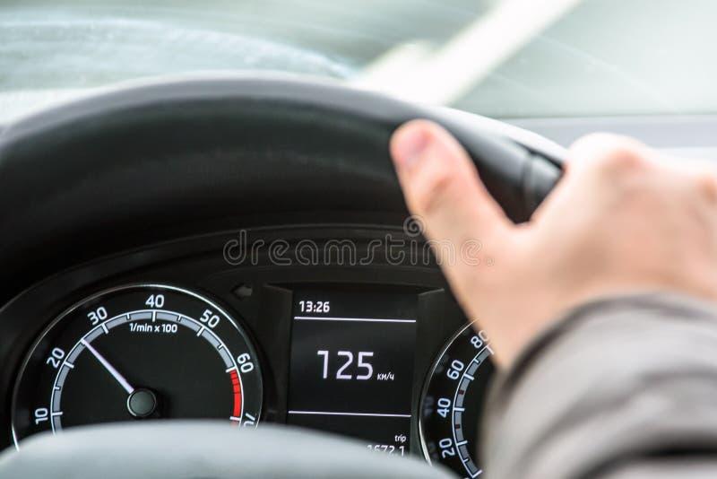 Fahren des Autos über Geschwindigkeit stockfotografie