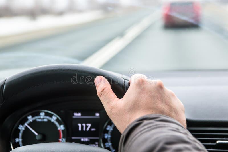 Fahren des Autos über Geschwindigkeit lizenzfreies stockbild